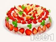 Плодова торта с желиран крем от заквасена и сладкарска сметана, меденки,  плодове (ягоди, банани) и бял шоколад